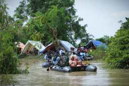 TNI AL Salurkan Bantuan dan Evakuasi Warga Terisolir Korban Banjir Jebolnya Tanggul Sungai Citarum