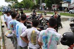 Polisi saat mengamankan puluhan pelajar yang melakukan coret-coret di Medan. (istimewa)