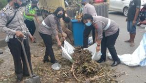 Anggota Dit Lantas Polda NTT 'Serbu' Sampah di Kota Kupang