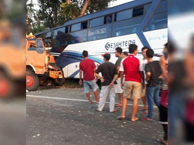 Bus Sejahtera vs Truck Box di Tol Tanjung Morawa, 1 Tewas