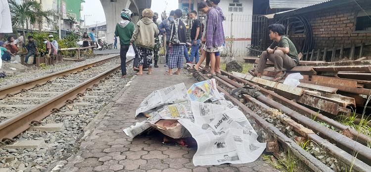 Kondisi korban yang sudah ditutupi koran.
