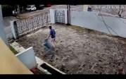 Pria Paruh Baya Mencuri Tong Sampah di Rumah Warga Terekam CCTV