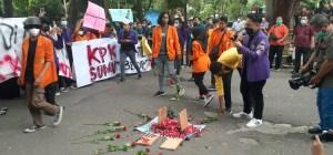 Kecewa Pelemahan KPK, BEM SI Buat Kuburan di Depan DPRD Sumut