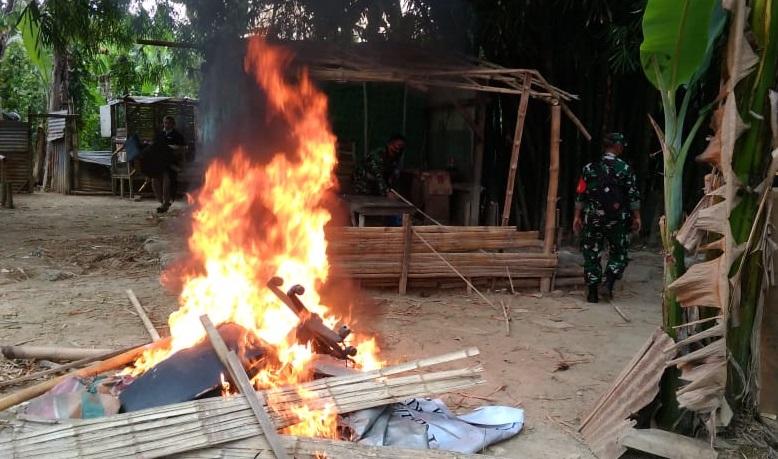 Polisi Bakar Gubuk Narkoba di Polonia Medan