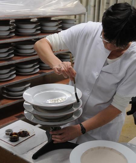 Guy Degrenne peinture manuelle des assiettes