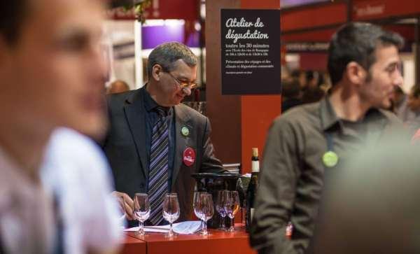 Au pavillon Bourgogne du salon de l'agriculture, Stéphane Philippe (au centre) dispense des ateliers de dégustations © Clément Bonvalot
