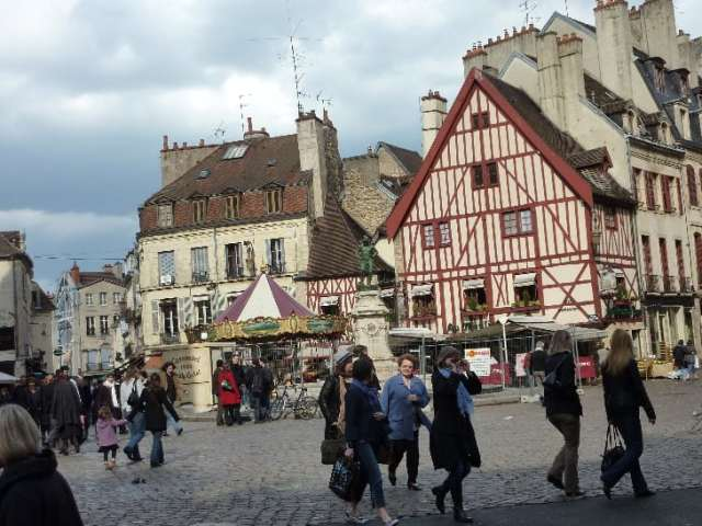 50-Dijon--place-dans-le-centre-ville