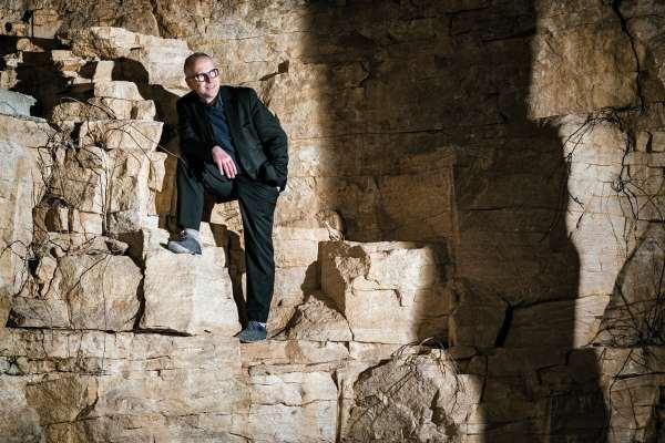 Philippe Chautard dans sa cave de vieillissement du vin