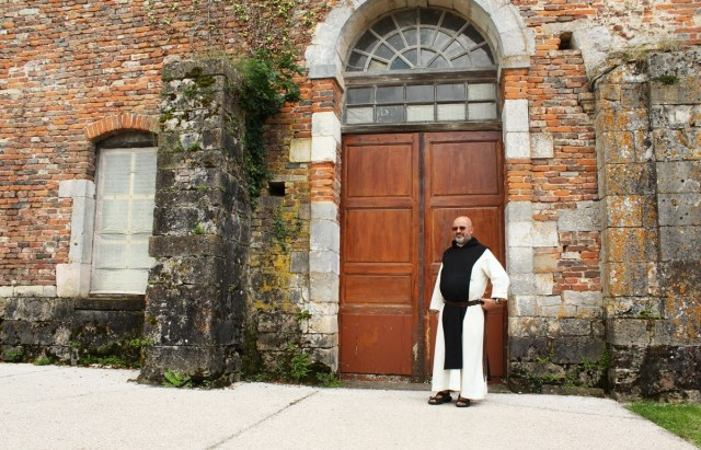 Frère Bernard-Marie devant le Définitoire de l'Abbaye de Cîteaux