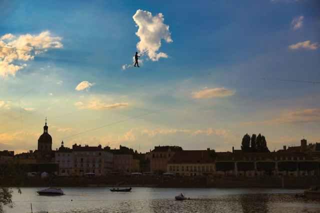 le 22 juillet dernier, pour marquer ce qui aurait dû être le lancement de Chalon dans la Rue, un funambule traverse la Saône en hommage au festival. © Jean-Luc Petit