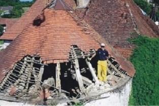 L'état du château de Gurgy aurait pu faire fuir n'importe qui mais pas les Guerra qui ont entrepris cette impressionnante restauration de la toiture d'une tour. ©Les Hirondelles de Gurgy