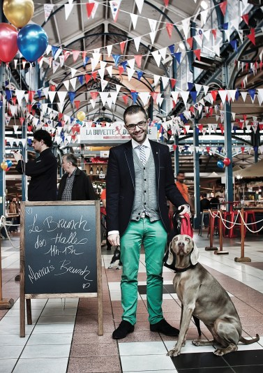 Denis Favier commence souvent ses journées par faire ses courses sous les halles. Un art de vivre à la dijonnaise mais aussi une façon, pour le président de Shop in Dijon d'entretenir de bons liens avec le monde commerçant dont il a la charge. ©Christophe Remondière