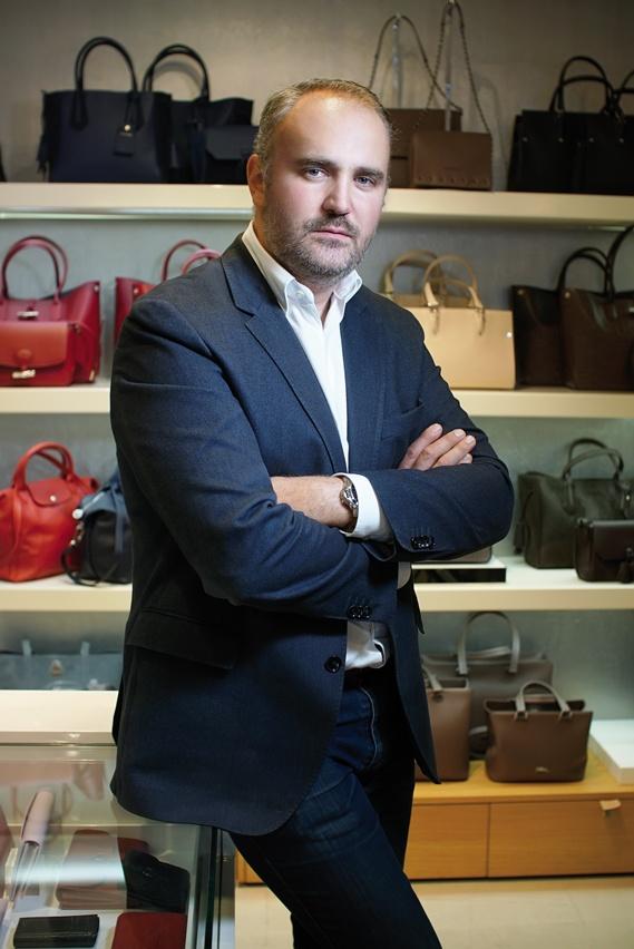 Viscéralement attaché au centre-ville dijonnais et au service de ses clients, Alexandre Jolly fait prospérer sa boutique Longchamp depuis 2012. À quelques mètres du lieu où, en 1901, son arrière-grand-mère vendait des ombrelles.