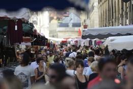 Chaque année pour la braderie du centre-ville de Dijon, les trottoirs se remplissent de marchands dans des rues commerçantes noires de monde.