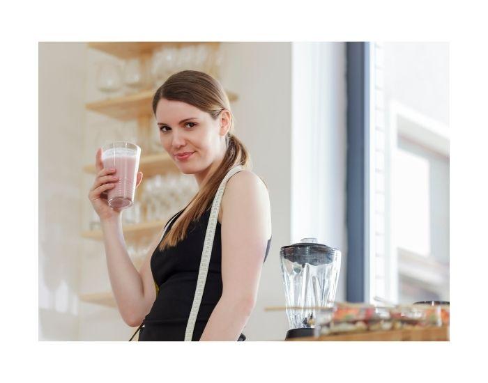 Immagine di ragazza che assume sostituti del pasto