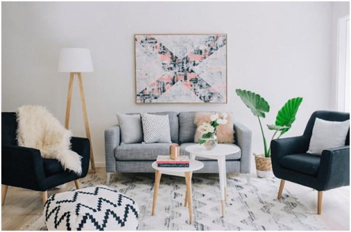 Hindari sesuatu berukuran besar, cari perabotan yang bobotnya kecil agar ruang tamu kamu bisa terkesan luas.