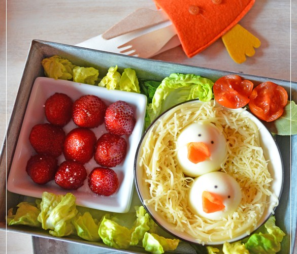 Nido de pasta con huevo y queso + postre de fresas para el Dia del Tupper