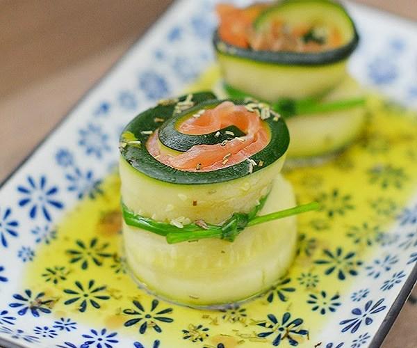 Rollitos de salmon y calabacín con aceite de romero