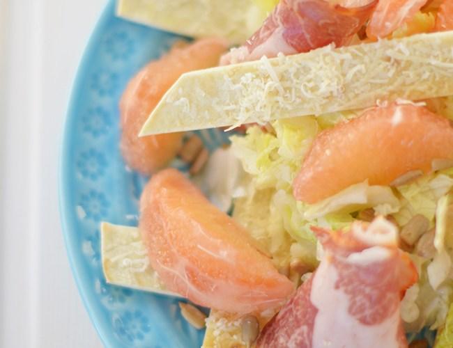 Ensalada de Pomelo con pan lavash crujiente de queso