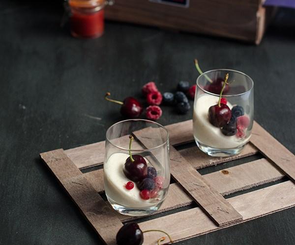 Vasos de pastel de yogur con cerezas y frutos rojos, #diadelacerezadeljerte
