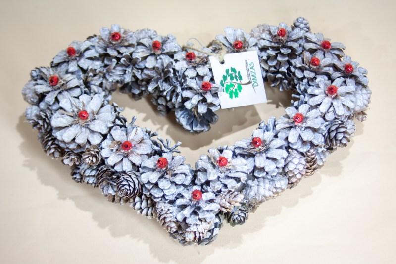 sirds formas dekors no kalnu priedes čiekuriem, balts