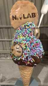 Detalle del la escultura hiperrealista del helado