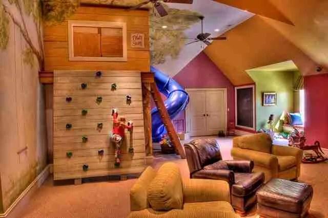 Ένα μεγάλο δωμάτιο όπου θα παίζουν τα παιδιά.