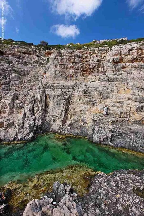 Βράχια που αγγίζουν τα σύννεφα, σμαραγδένια νερά, σπηλιές και φάροι. Η Ζάκυνθος τα έχει όλα