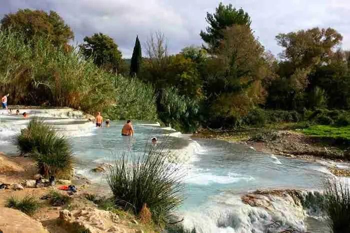 """Οι μικρές """"γαλάζιες"""" λίμνες της Τοσκάνης! Οι εντυπωσιακές ιαματικές πηγές όπου χαλάρωναν οι Ρωμαίοι."""