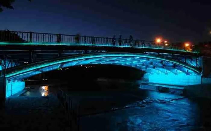 Ο μαγευτικός ποταμός που διασχίζει μεγαλόπρεπα μια Ελληνική πόλη. Οι όχθες του συνδέονται με δέκα γέφυρες, μισές από τις οποίες είναι για πεζούς.