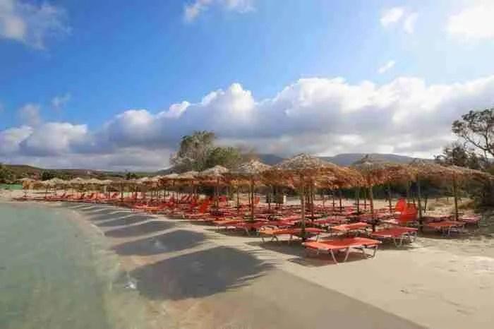 Ένα μικρό νησί που πας με τα.. πόδια! Εκεί βρίσκεται μια εξωτική παραλία με ροζ άμμο και κρυστάλλινα νερά!