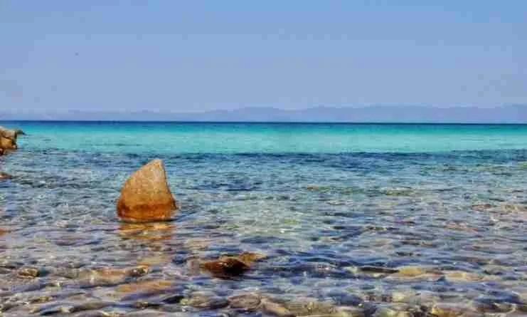 """Η """"Χαβάη"""" της Ελλάδας: Η εξωτική παραλία με τα τιρκουάζ νερά και τα εντυπωσιακά λευκά βράχια"""