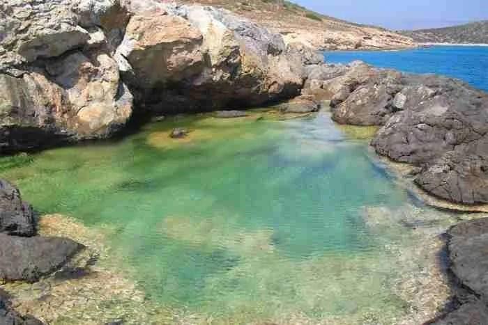 """Το """"νησί του Ήλιου"""": Το άγνωστο μικροσκοπικό Κυκλαδονήσι με την εξωτική ομορφιά! Εικόνες σαν.. καρτ ποστάλ!"""