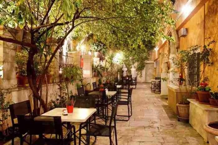 Ο πιο παλιός κήπος της Αθήνας βρίσκεται στο σπίτι του Όθωνα και της Αμαλίας. Ένα υπέροχο μυστικό στη καρδιά της πόλης