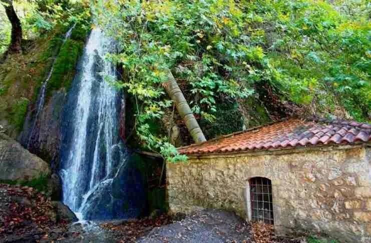 2,5 ώρες από την Αθήνα υπάρχει ένα χωριουδάκι με καταρράκτες, πηγές αλλά και σκοτεινή ιστορία