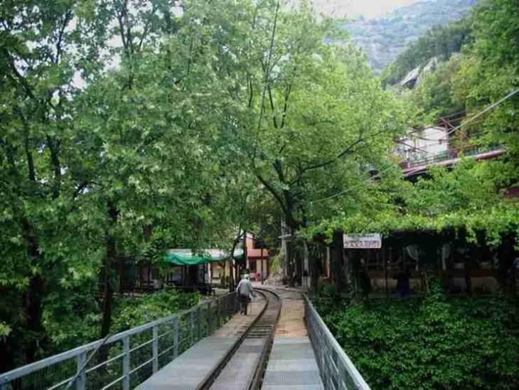 Ζαχλωρού: Ένα χωριουδάκι-κόσμημα και ένα τρένο που κάνει κάθε μέρα την ομορφότερη διαδρομή