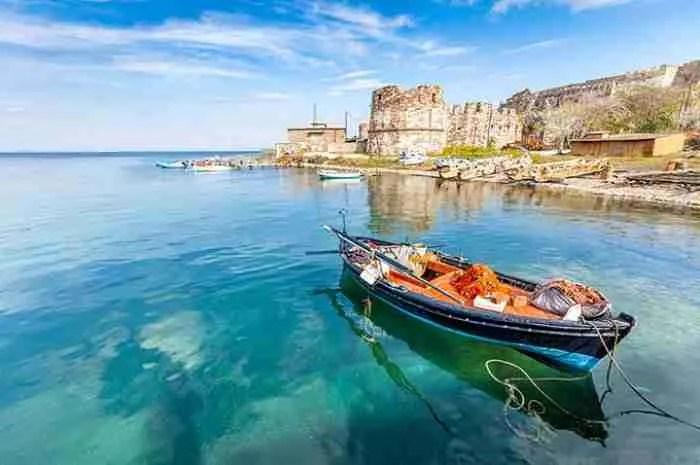 Το νησί των τεχνών και των γραμμάτων με την ατέλειωτη ομορφιά. Εκεί γεννήθηκαν η Σαπφώ, ο Θεόφιλος και ο Μυριβήλης