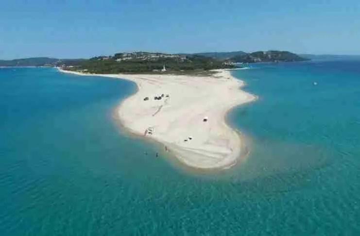 Μια γλώσσα μες στη θάλασσα: Η μοναδική ελληνική παραλία που αλλάζει σχήμα και.. εξαφανίζεται