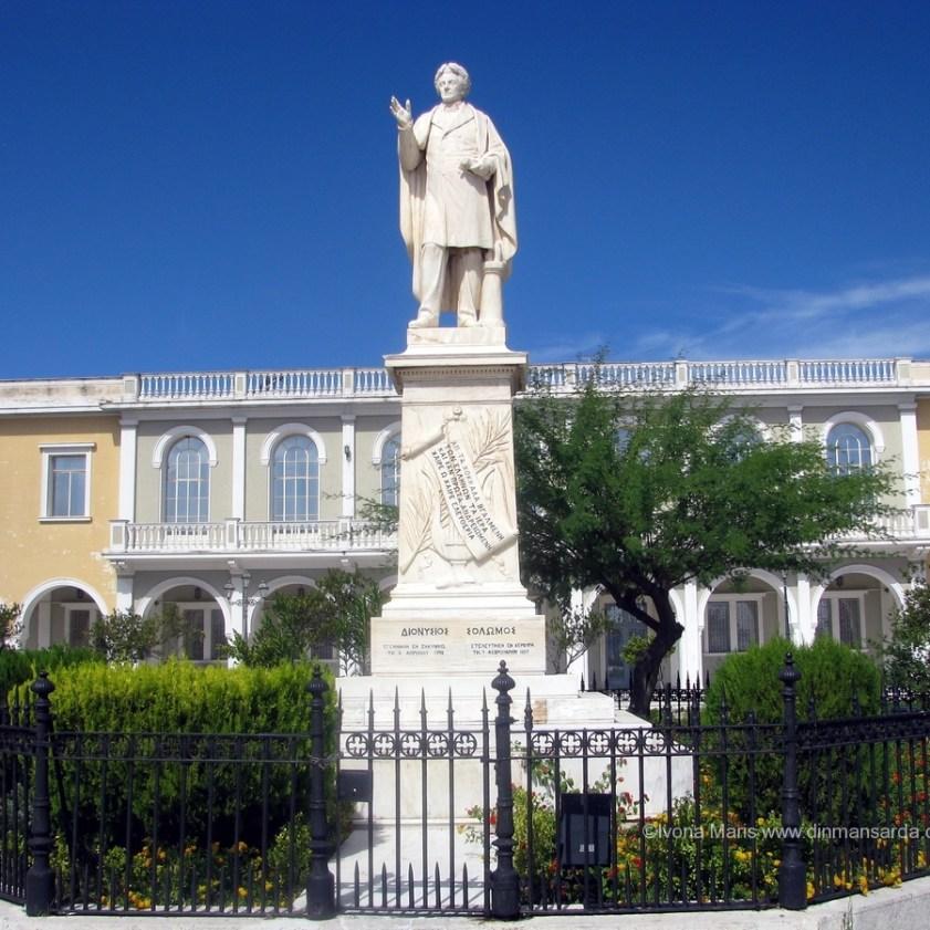 Statuia lui Dionisos Solomos si in spatele ei Muzeul Post-Bizantin