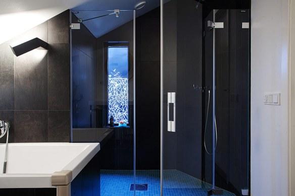 decoración baño negro y azul