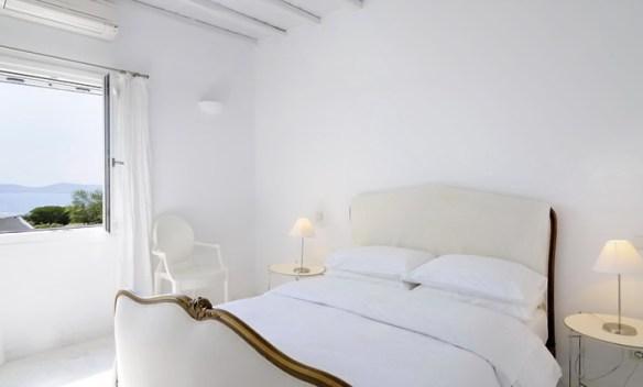 dormitorio decorado en blanco y natural