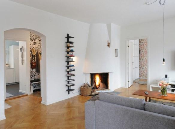 sofá gris salón chimenea