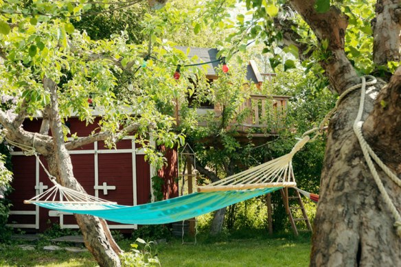 jardín con tumbona
