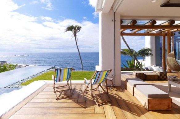 casa en blanco y madera y piscina azul