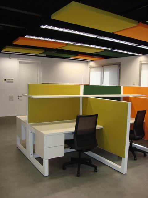 oficinas-operativas-detalle-paneles-acusticos-techo-y-mamparas