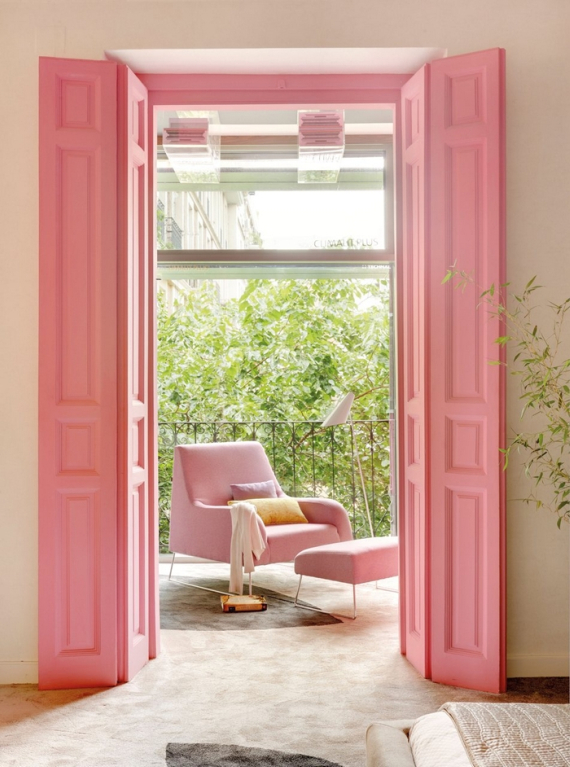 puerta y sillon rosa
