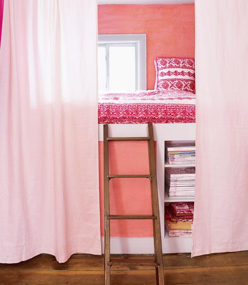 habitacion en rosa y naranja con escalera