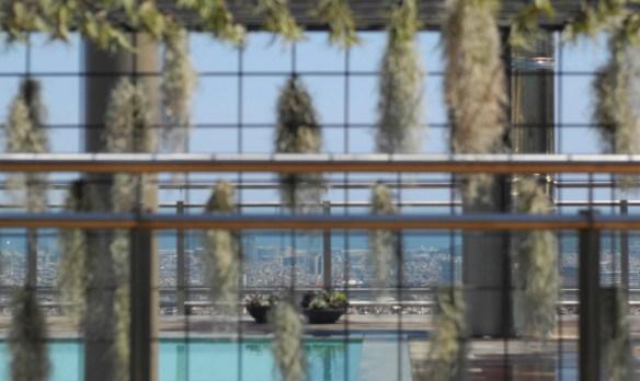 Terraza estilo Chill Out con pérgola y piscina en Barcelona
