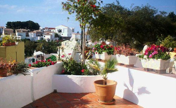 terraza blanca con rinconeras