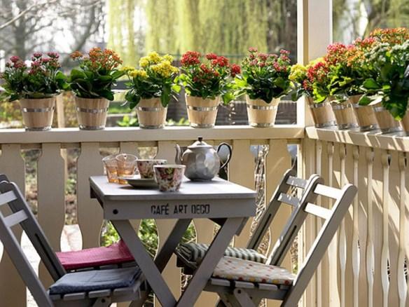 terraza con mesa madera gris